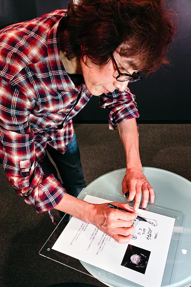 坂崎さん、サインするの巻。